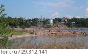 Прогулки по береговой полосе летнего Ханко. Южная Финляндия (2018 год). Стоковое видео, видеограф Виктор Карасев / Фотобанк Лори