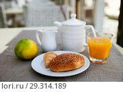 Купить «Sesame bun, tangerine and tea for Breakfast», фото № 29314189, снято 14 октября 2018 г. (c) Юлия Кузнецова / Фотобанк Лори