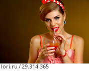 Купить «Retro woman with music vinyl record. Pin up girl drink martini cocktail.», фото № 29314365, снято 12 декабря 2018 г. (c) Gennadiy Poznyakov / Фотобанк Лори