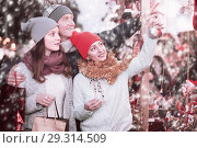 Happy couple with teen girl choosing decoration. Стоковое фото, фотограф Яков Филимонов / Фотобанк Лори