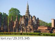 Руины буддистского храма Ват Махатхат крупным планом солнечным утром. Сукхотай, Таиланд (2016 год). Стоковое фото, фотограф Виктор Карасев / Фотобанк Лори