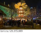 Купить «Рождественская пирамида на площади Риндермаркт в Мюнхене в сумерках, Германия», фото № 29315889, снято 12 декабря 2017 г. (c) Михаил Марковский / Фотобанк Лори