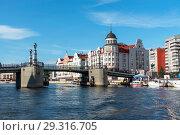 Купить «Река Преголя. Юбилейный мост. Калининград», эксклюзивное фото № 29316705, снято 10 июля 2018 г. (c) Александр Щепин / Фотобанк Лори