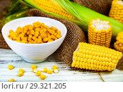 Ripe corn on a wooden table close-up. Стоковое фото, фотограф Елена Блохина / Фотобанк Лори