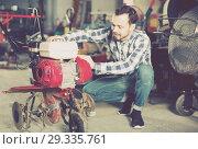 Smiling working man practicing his skills with plough. Стоковое фото, фотограф Яков Филимонов / Фотобанк Лори