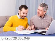 Man and sales manager discuss contract. Стоковое фото, фотограф Яков Филимонов / Фотобанк Лори