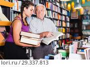 Two buyers discuss a book. Стоковое фото, фотограф Яков Филимонов / Фотобанк Лори