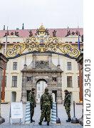 Купить «Prague Castle Security guards at the gate of  Royal Palace in Prague, Czech Republic», фото № 29354013, снято 28 января 2018 г. (c) Николай Коржов / Фотобанк Лори