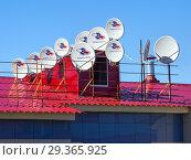 Купить «Крыша здания с множеством спутниковых антенн», фото № 29365925, снято 13 мая 2018 г. (c) Вячеслав Палес / Фотобанк Лори