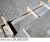 Купить «Изготовление ступенек крыльца из бетона», фото № 29365933, снято 13 мая 2018 г. (c) Вячеслав Палес / Фотобанк Лори