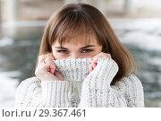 Купить «Портрет молодой девушки в мужском свитере», фото № 29367461, снято 4 ноября 2018 г. (c) Момотюк Сергей / Фотобанк Лори