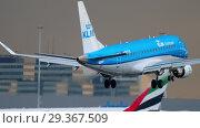 Купить «KLM Cityhopper Embraer approaching», видеоролик № 29367509, снято 25 июля 2017 г. (c) Игорь Жоров / Фотобанк Лори