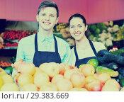 Купить «Young girl and a guy laid out apples», фото № 29383669, снято 20 августа 2019 г. (c) Яков Филимонов / Фотобанк Лори