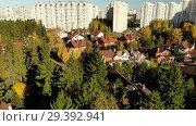 Купить «The movement of cottage village near city of Moscow, Russia», видеоролик № 29392941, снято 21 сентября 2019 г. (c) Володина Ольга / Фотобанк Лори