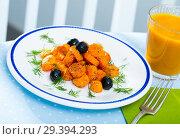 Купить «Vegetarian breakfast, carrots with juice», фото № 29394293, снято 21 сентября 2019 г. (c) Яков Филимонов / Фотобанк Лори