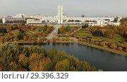 Купить «pond in Victory Park in autumn in Zelenograd of Moscow, Russia», видеоролик № 29396329, снято 12 декабря 2019 г. (c) Володина Ольга / Фотобанк Лори