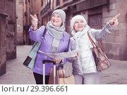 Купить «Senior females traveling with city map», фото № 29396661, снято 26 ноября 2017 г. (c) Яков Филимонов / Фотобанк Лори