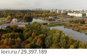 Купить «Big pond in Victory Park in autumn in Zelenograd of Moscow, Russia», видеоролик № 29397189, снято 12 декабря 2019 г. (c) Володина Ольга / Фотобанк Лори