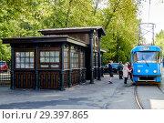 Москва, старинная трамвайная остановка в Тимирязевском районе (2018 год). Редакционное фото, фотограф glokaya_kuzdra / Фотобанк Лори
