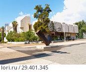 Купить «Скульптурная композиция на фоне публичной библиотеки Шаар Цион Бейт Ариела. Тель-Авив, Израиль», фото № 29401345, снято 8 октября 2012 г. (c) Ирина Борсученко / Фотобанк Лори