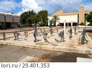 Купить «Скульптуры людей и птиц на фоне музея изобразительных искусств. Тель-Авив, Израиль», фото № 29401353, снято 8 октября 2012 г. (c) Ирина Борсученко / Фотобанк Лори