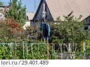 Купить «Пугало на даче», фото № 29401489, снято 17 сентября 2018 г. (c) Инга Прасолова / Фотобанк Лори