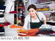 Купить «Seller measuring cloth», фото № 29405781, снято 4 января 2017 г. (c) Яков Филимонов / Фотобанк Лори