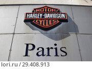 Paris, Ile-de-France, France - The Harley-Davidson logo at the Harley-Davidson Paris-Bastille branch on Boulevard Beaumarchais in the 3rd arrondissement. (2018 год). Редакционное фото, агентство Caro Photoagency / Фотобанк Лори