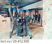 Купить «Team is enjoying victory in paintball club», фото № 29412505, снято 10 июля 2017 г. (c) Яков Филимонов / Фотобанк Лори