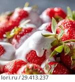 Closeup of juicy organic strawberries with green leaves and fresh cream. Healthy dessert. Стоковое фото, фотограф Ярослав Данильченко / Фотобанк Лори