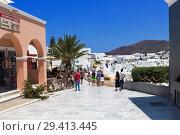 Купить «View of the street in Oia in Santorini, Greece», фото № 29413445, снято 9 июня 2017 г. (c) Наталья Волкова / Фотобанк Лори