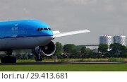 Купить «KLM Boeing 777 landing», видеоролик № 29413681, снято 26 июля 2017 г. (c) Игорь Жоров / Фотобанк Лори