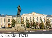 Купить «Тверь, памятник Ленину на площади Ленина», эксклюзивное фото № 29419713, снято 19 сентября 2018 г. (c) Alexei Tavix / Фотобанк Лори