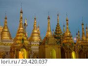 Малые золотые ступы пагоды Шведагон в вечерние сумерки. Янгон, Мьянма (2016 год). Стоковое фото, фотограф Виктор Карасев / Фотобанк Лори