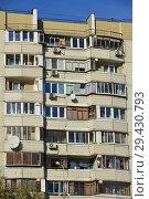 Фрагмент четырнадцатиэтажного панельного жилого дома серии П-44 (построен в 1995 году). Мячковский бульвар, 16, корпус 1. Район Марьино. Москва (2018 год). Редакционное фото, фотограф lana1501 / Фотобанк Лори