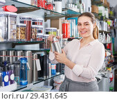 Купить «woman is choosing new thermos», фото № 29431645, снято 2 мая 2018 г. (c) Яков Филимонов / Фотобанк Лори