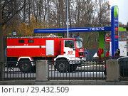 Купить «Пожарная машина у АЗС neste», фото № 29432509, снято 10 ноября 2018 г. (c) Евгений Кашпирев / Фотобанк Лори