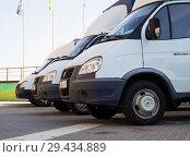 """Ряд автомобилей """"Газель"""" стоит на парковке (2018 год). Редакционное фото, фотограф Вячеслав Палес / Фотобанк Лори"""