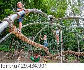 Дети на веревочном аттракционе (2018 год). Редакционное фото, фотограф Вячеслав Палес / Фотобанк Лори