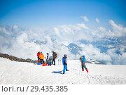Climbers on the snow slope of Mount Elbrus (2015 год). Редакционное фото, фотограф katalinks / Фотобанк Лори