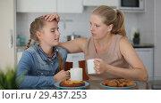 Купить «Mother and her teenage daughter having emotional dialog in kitchen», видеоролик № 29437253, снято 26 октября 2018 г. (c) Яков Филимонов / Фотобанк Лори