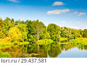 Купить «Белые облака в синем небе над лесом и рекой. Красивый пейзаж подмосковья. Солнечный день летом», фото № 29437581, снято 20 августа 2018 г. (c) E. O. / Фотобанк Лори