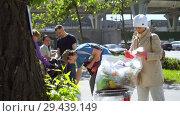 Купить «Mobile receiving point of waste recycling. environmental movement RAZdelniy sbor», видеоролик № 29439149, снято 2 июня 2018 г. (c) Ирина Мойсеева / Фотобанк Лори