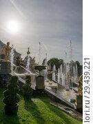 """Купить «Большой каскад фонтанов в Государственном музее-заповеднике """"Петергоф"""" в Санкт-Петербурге в контровом солнечном свете», фото № 29439221, снято 9 августа 2018 г. (c) V.Ivantsov / Фотобанк Лори"""