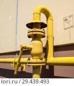 Купить «Магистральный вентиль на газовом трубопроводе жилого дома», фото № 29439493, снято 27 июня 2018 г. (c) Вячеслав Палес / Фотобанк Лори