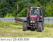 Купить «Трактор за работой по скашиванию травы», фото № 29439509, снято 5 июля 2018 г. (c) Вячеслав Палес / Фотобанк Лори