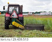 Купить «Трактор косит траву у обочины», фото № 29439513, снято 5 июля 2018 г. (c) Вячеслав Палес / Фотобанк Лори