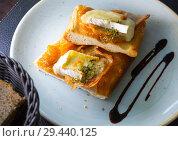Купить «Catalan focaccia with caramelized onion, bacon, Brie cheese», фото № 29440125, снято 11 декабря 2018 г. (c) Яков Филимонов / Фотобанк Лори