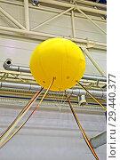 Купить «Желтый шар-баллон внутри промышленного помещения», фото № 29440377, снято 2 ноября 2012 г. (c) FMRU / Фотобанк Лори