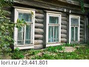 Купить «Windows of old rickety house ingrown in the earth in a small russian town», фото № 29441801, снято 30 августа 2018 г. (c) Георгий Дзюра / Фотобанк Лори